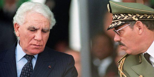 Le président Bendjedid (à g.) et le général Khaled Nezzar, en 1989,à Alger.