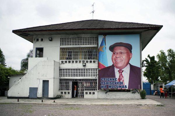 Portrait géant de Félix Tshisekedi devant le QG de son parti, à Kinshasa.