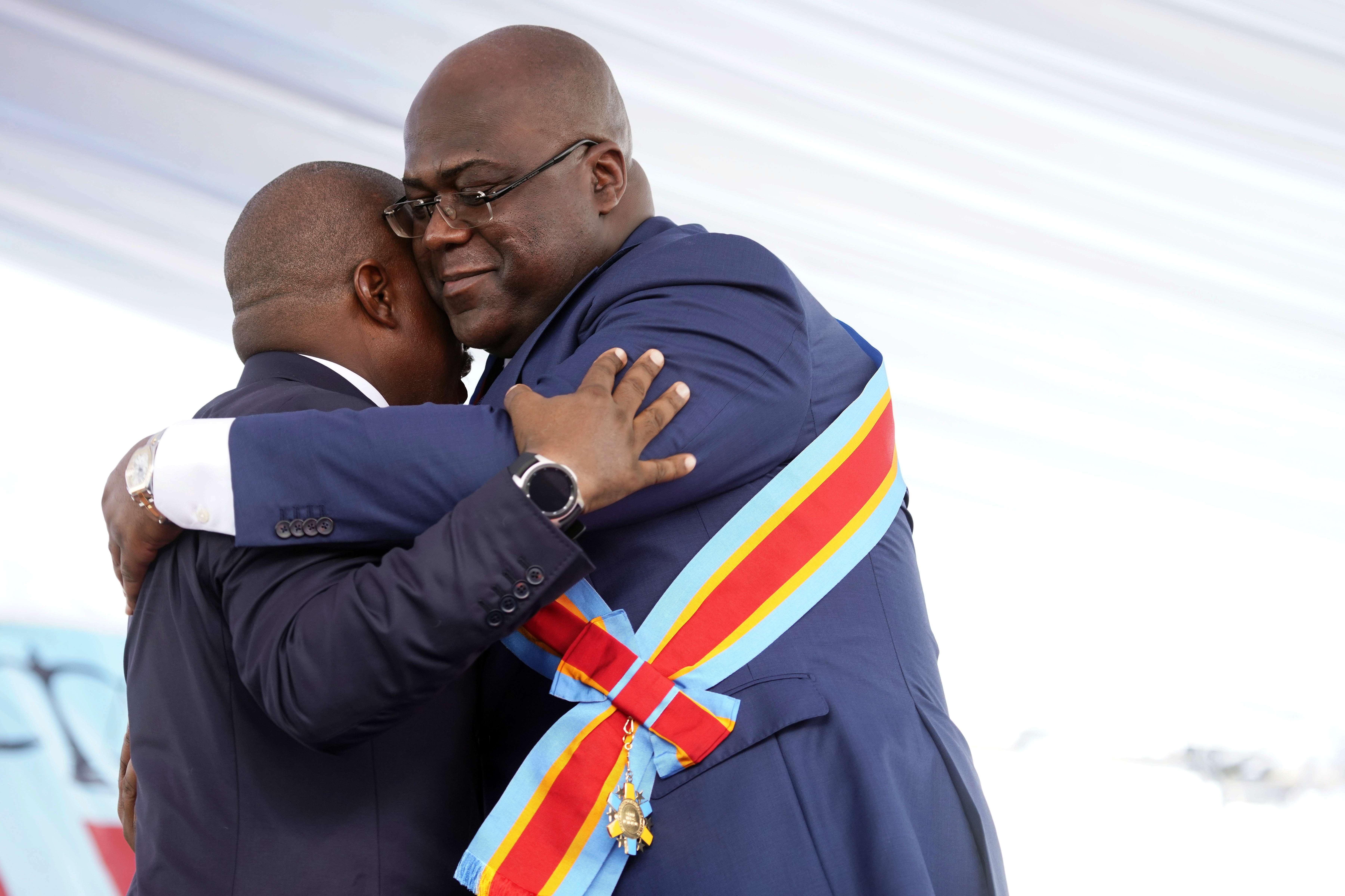 Félix Tshisekedi, président élu de la RDC, donne l'accolade à Joseph Kabila, lors de son investiture le 24 janvier en 2019.
