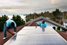 Installation de panneaux solaires, au bord du lac Kivu, en RDC.