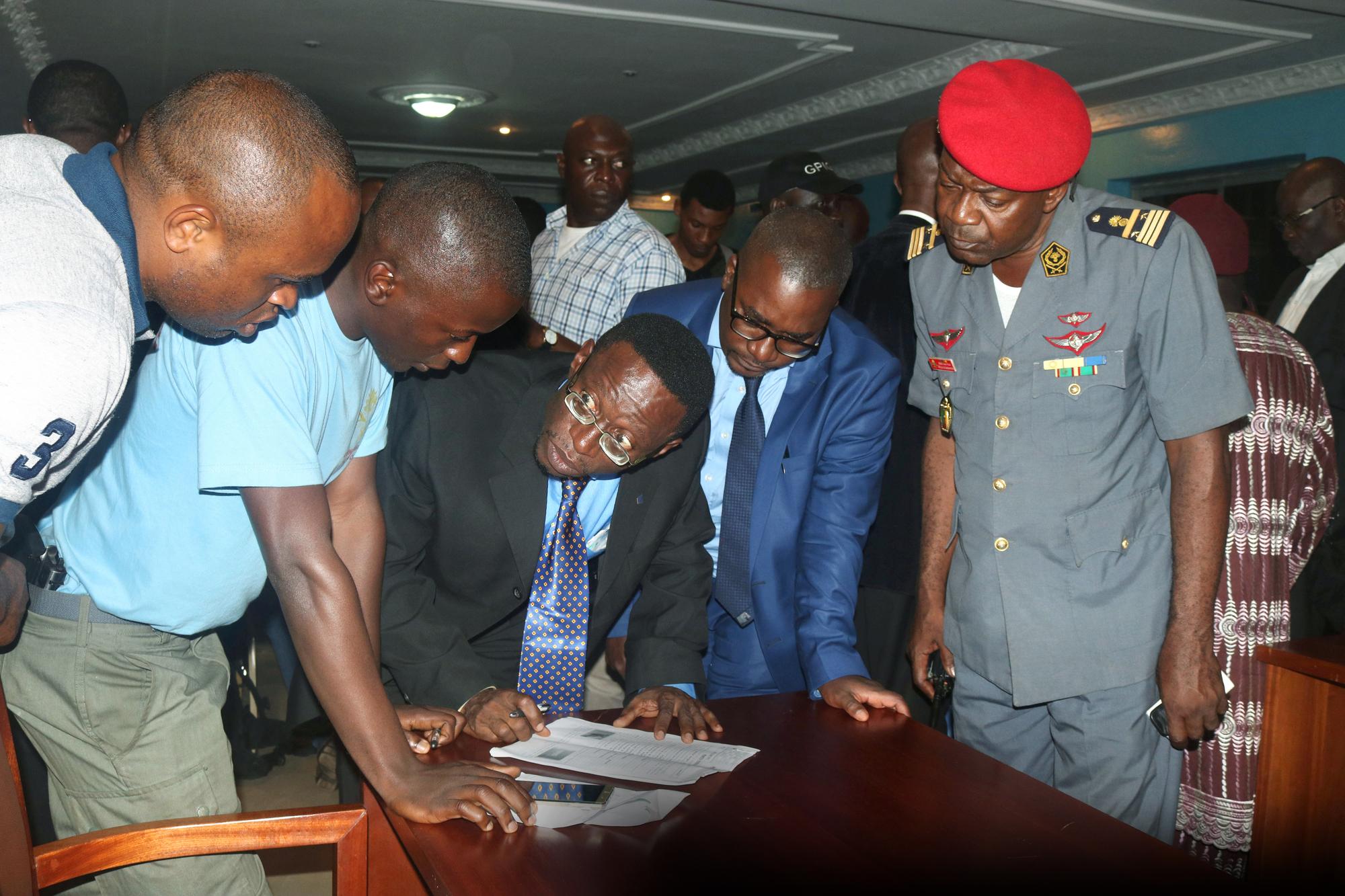 Fontem Neba (en costume sombre) et Felix Agbor Balla (à sa g.), du Consortium de la société civile anglophone du Cameroun, le 1er septembre 2017. À la pointe de la contestation en 2016, ils ne sont pas favorables à la lutte armée.