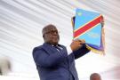 Félix Tshisekedi brandissant la Constitution congolaise, le jour de son investiture à la présidence de la République.