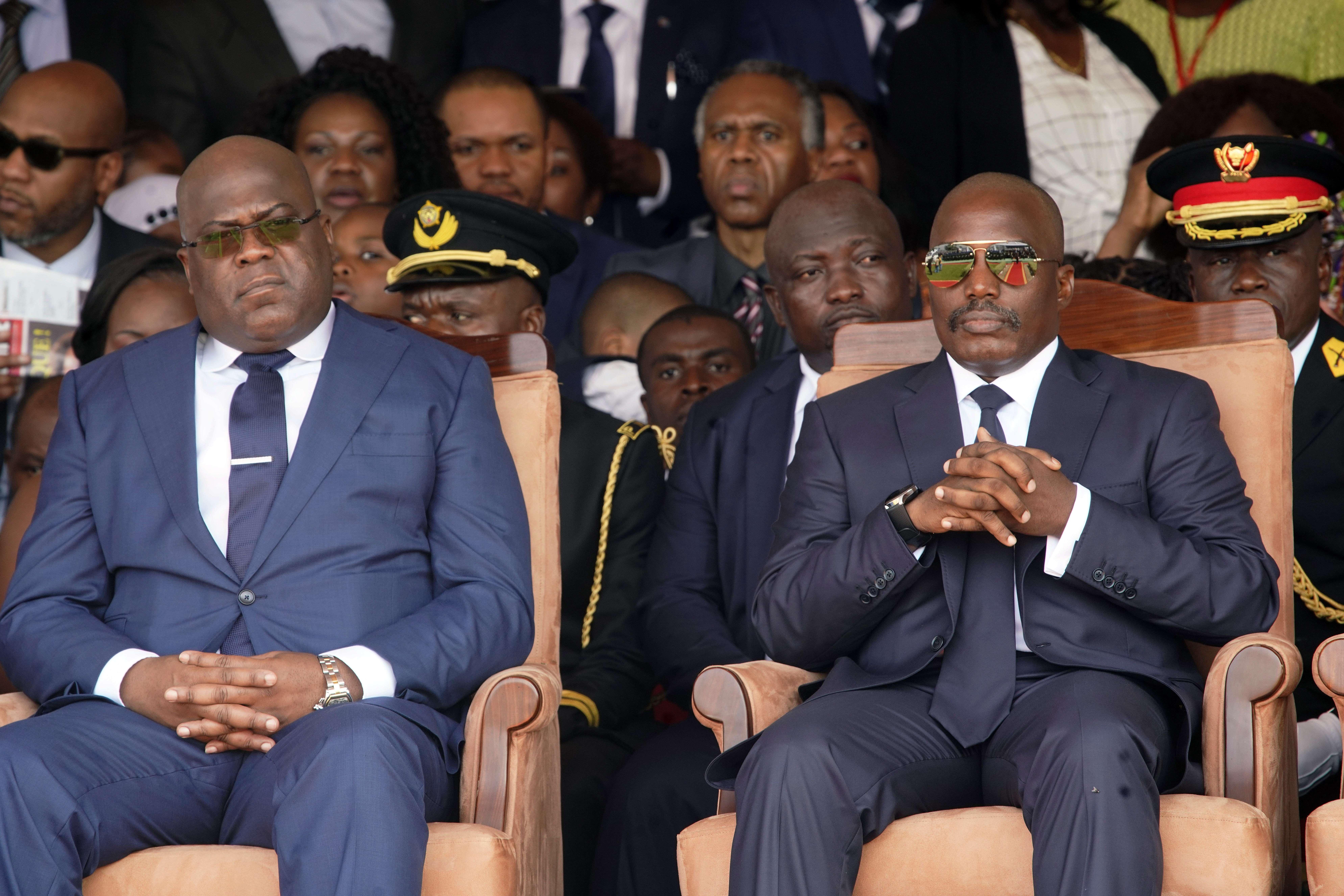 Le président congolais Félix Tshisekedi, à gauche, et le président sortant Joseph Kabila côte à côte lors de la cérémonie d'inauguration à Kinshasa, en République démocratique du Congo, le jeudi 24 janvier 2019.