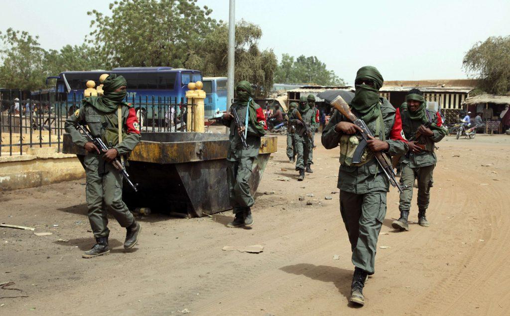 Une patrouille commune entre ancien rebelles et forces armées maliennes, en février 2017 à Gao.