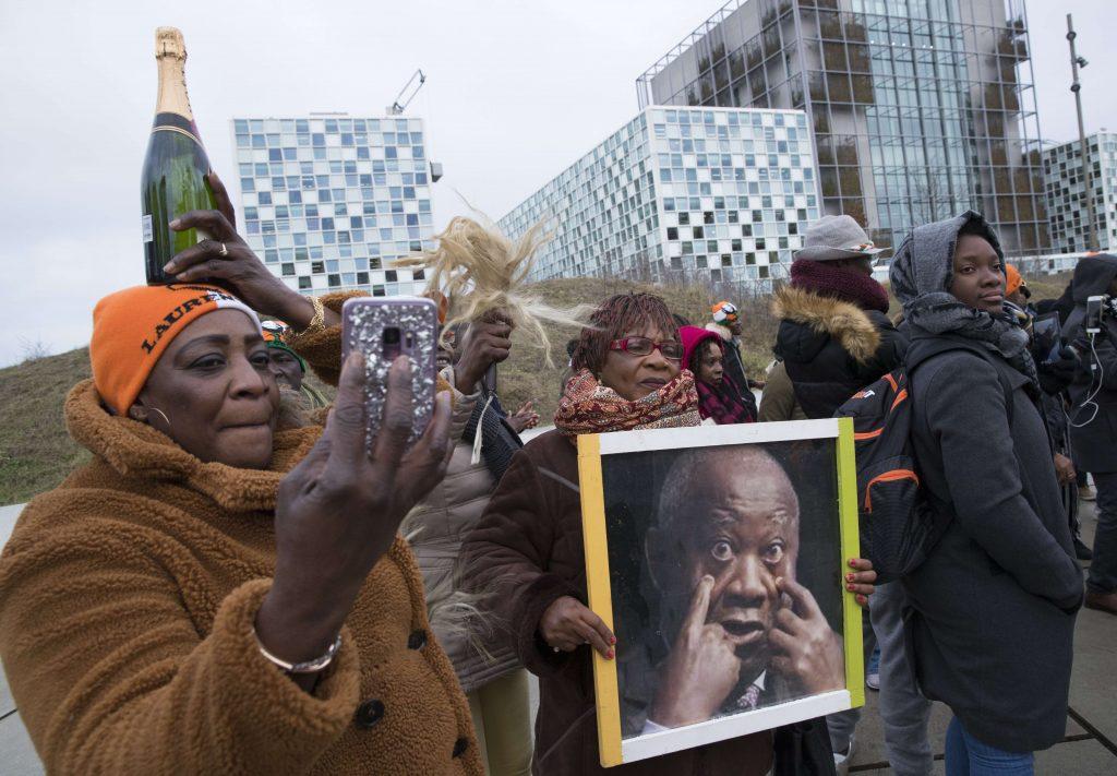 Des partisans de Laurent Gbagbo, devant la CPI, à La Haye, le 15 janvier 2019.
