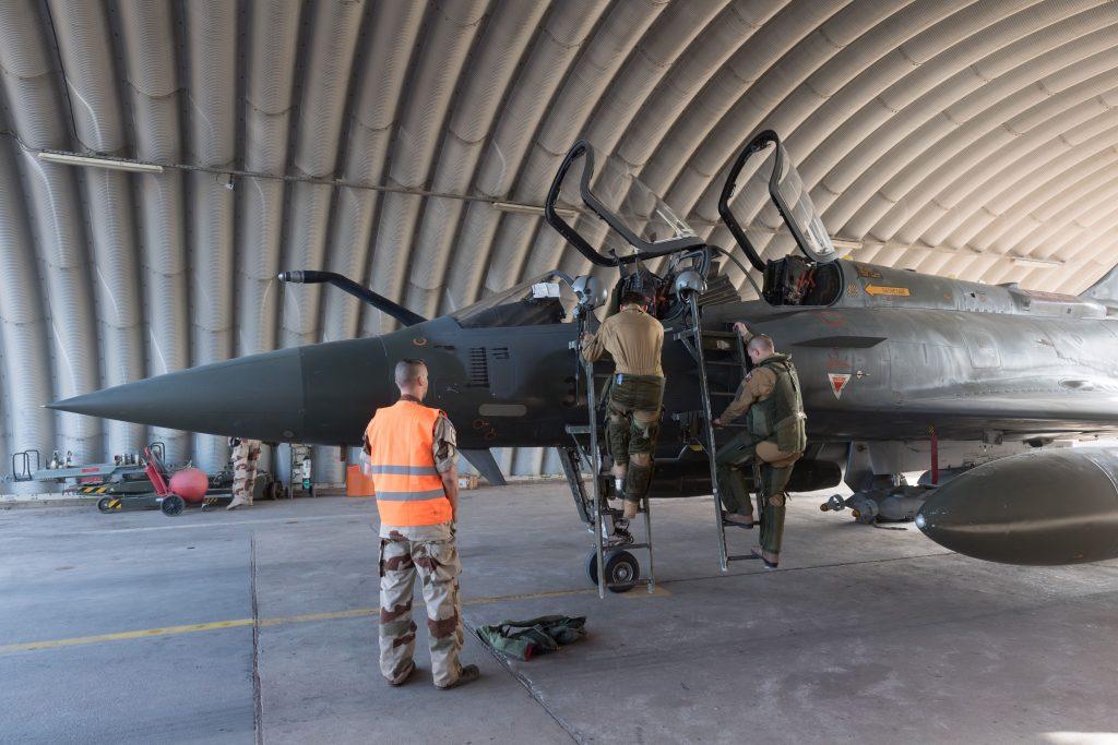 Préparation au décollage d'un Mirage 2000, à N'Djamena, en décembre 2018.
