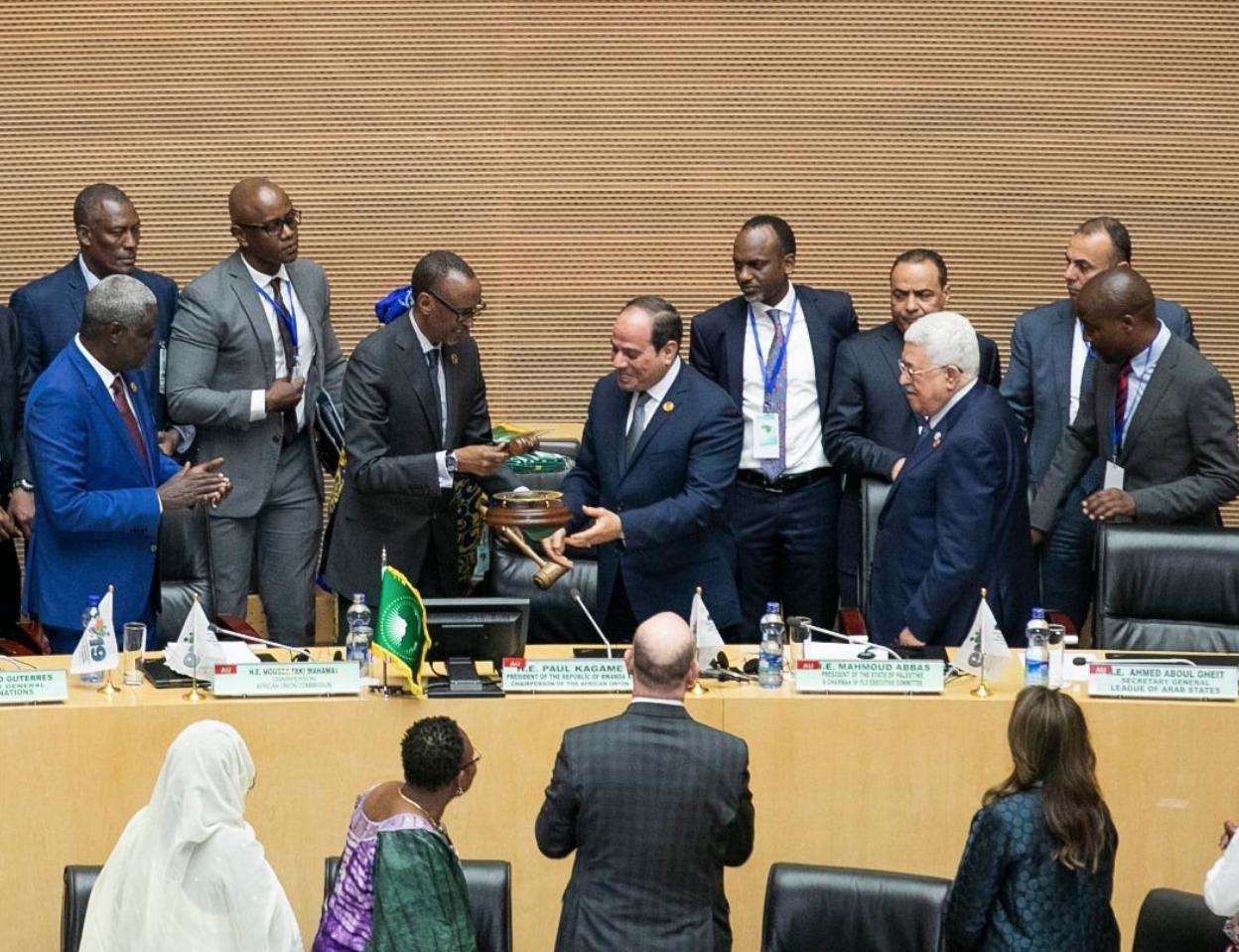 Passation de pouvoir entre Paul Kagame et Abdel Fattah al-Sissi, à la tribune du 32e sommet de l'Union africaine, le 10 février 2019 à Addis-Abeba.