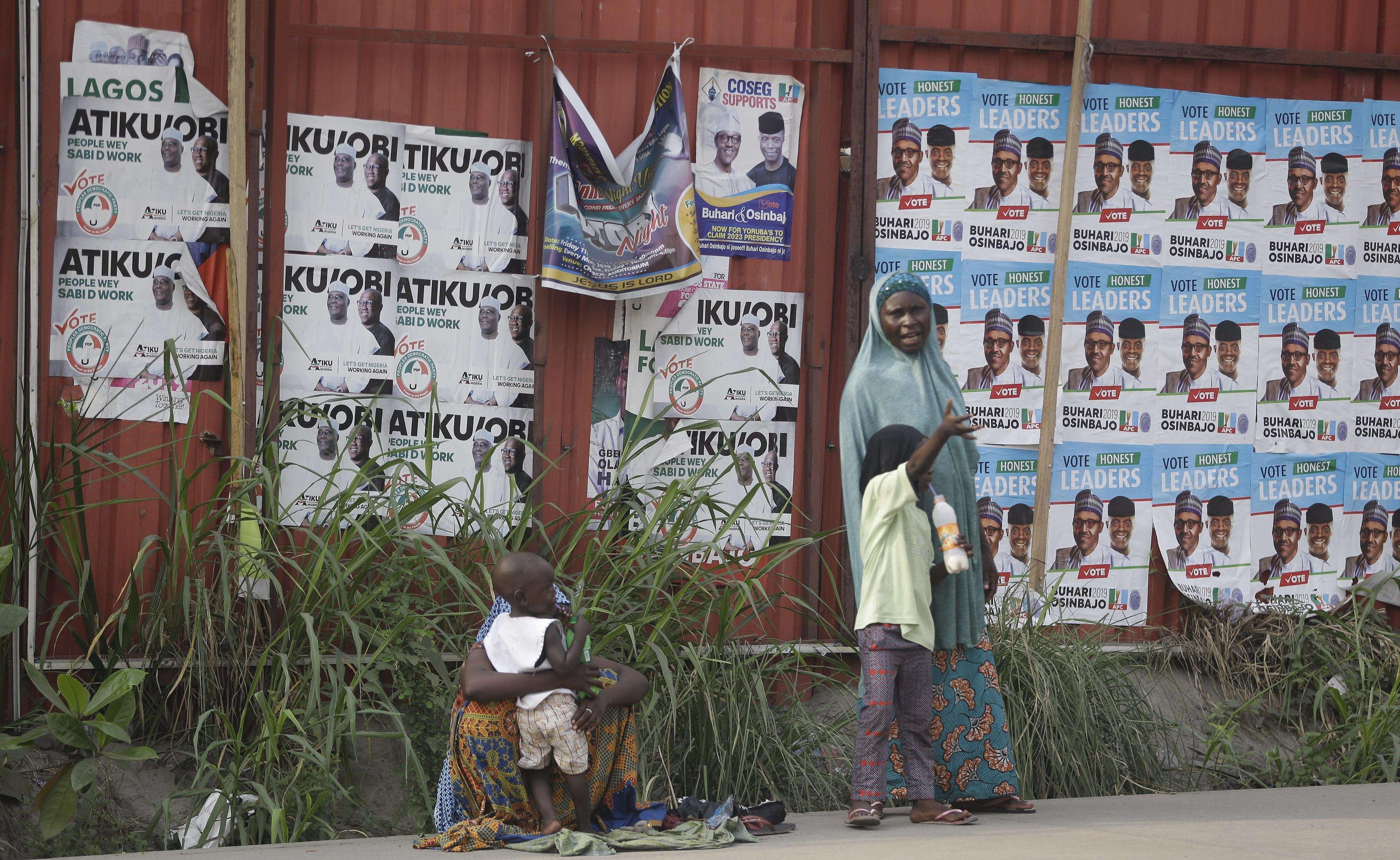 Les affiches de la campagne du président nigérian Muhammadu Buhari, et d'Atiku Abubakar, dans une rue de Lagos, au Nigeria.