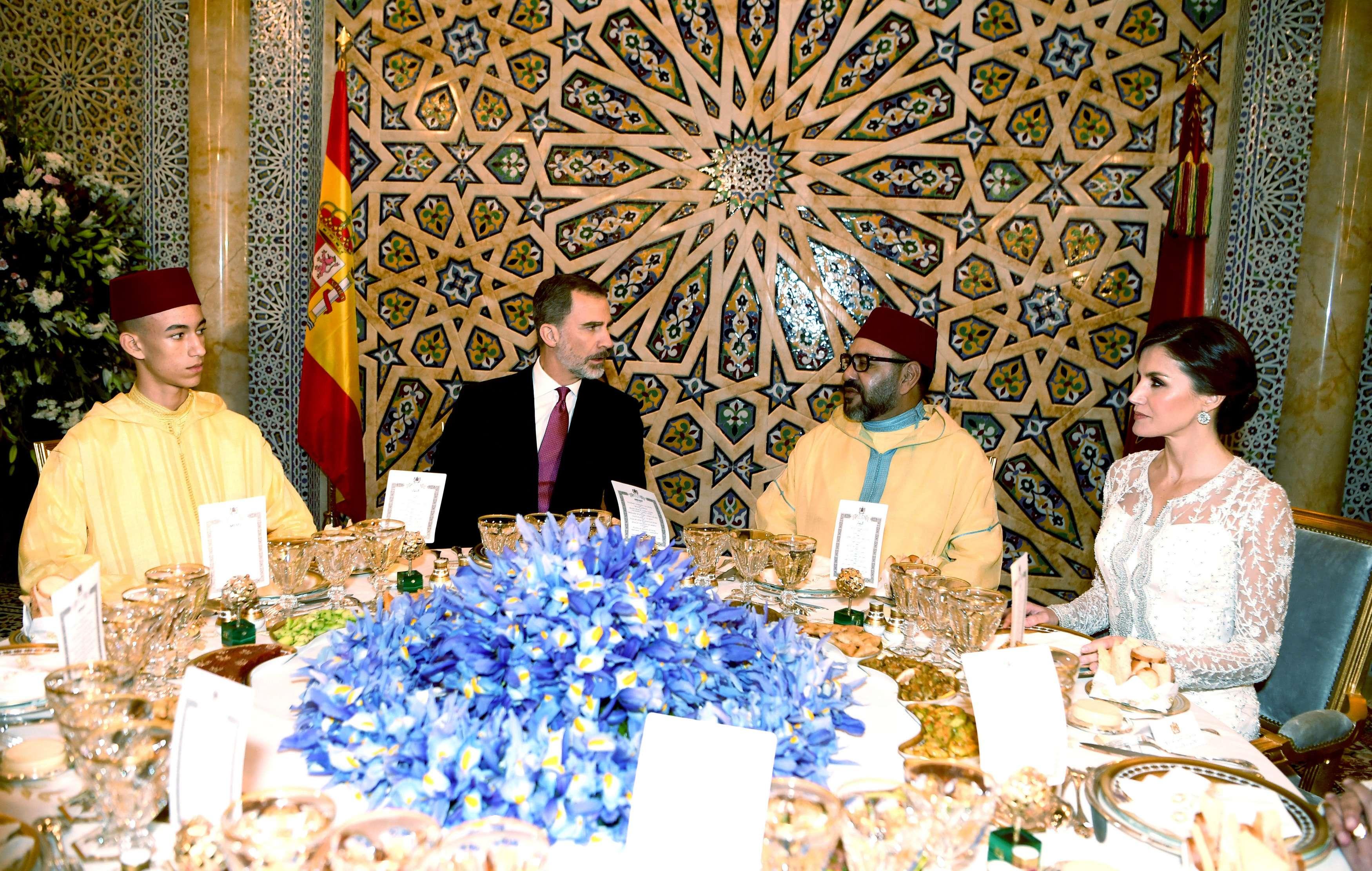 De gauche à droite : le prince héritier Moulay Hassan, les rois Felipe VI et Mohammed VI, et la reine Letizia d'Espagne, mercredi 13 février 2018 à l'occasion d'un dîner au Palais royal de Rabat.