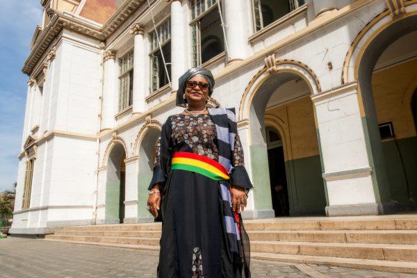 Soham El Wardini, maire de Dakar, devant l'hôtel de ville.