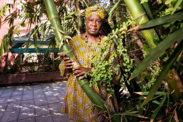 Marie-Angélique Savané, qui a créé Yewu Yeewi, le premier mouvement féministe du pays, dans son jardin à Dakar, en janvier.
