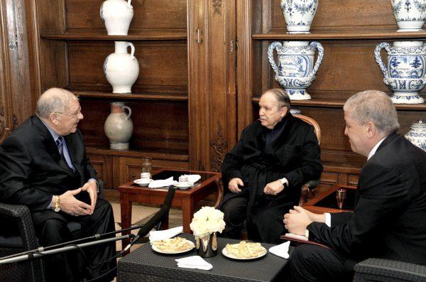 Avec Abdelaziz Bouteflika et Abdelmalek Sellal (à dr.), lors de la convalescence du président à Paris, en2013.
