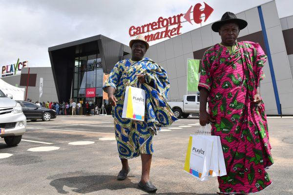 Un chef traditionnel sortant du nouveau Carrefour Market d'Abidjan lors de son inauguration le 29 juin 2017.