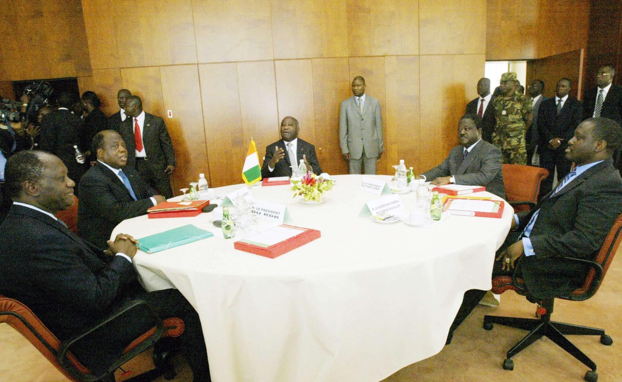 Alassane Ouattara (1er g.), Laurent Gbagbo (au centre) et Henri Konan Bédié (2e d.), le 28 février 2006 à Yamoussoukro.