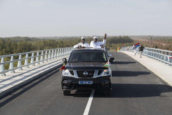 Le président gambien, Adama Barrow ((dr) et celui du Sénégal, Macky Sall (g) inaugurent un nouveau pont à Banjul en Gambie le 21 janvier 2019 , censé rapprocher les deux pays.