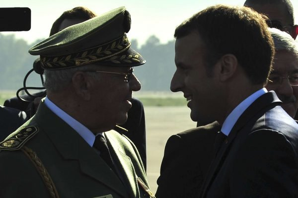 Ahmed Gaid Salah, vice-ministre de la Défense et chef d'état-major de l'armée avec le Président français Emmanuel Macron  en décembre 2017.