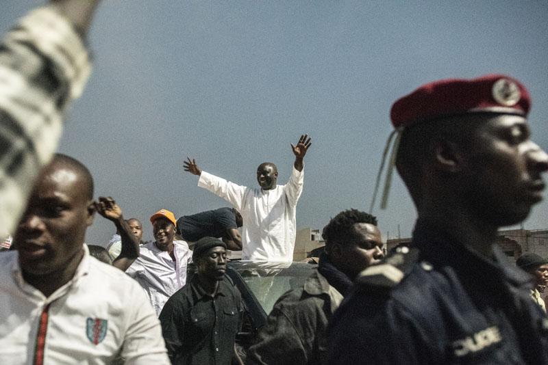 Idrissa Seck du parti Rewmi (le pays) salue ses supporters lors de son passage dans la ville sainte de Touba. le 18 février 2019.