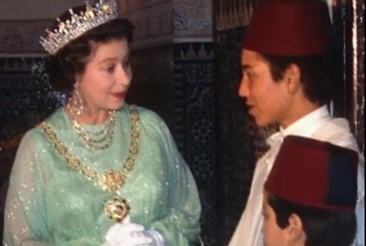 La reine Elizabeth II et le prince héritier Sidi Mohammed, futur Mohammed VI, en octobre 1980 au Maroc.