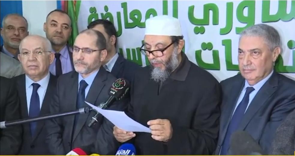 Abdallah Djaballah lisant le communiqué final adopté à l'issue d'une réunion de l'opposition, mercredi 20 février 2019 à Alger (à sa droite l'islamiste Abderrazak Makri, à sa gauche l'ex-chef du gouvernement Ali Benflis).