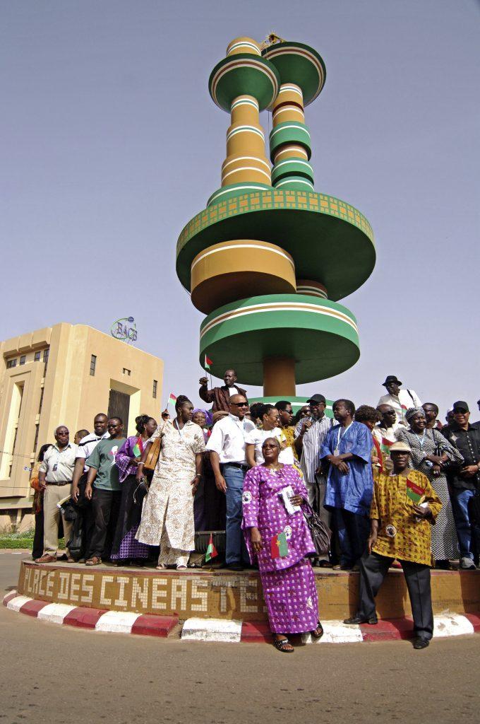 Des participants du fespaco se rassemblent pour les libations traditionnelles, à Ouaga.