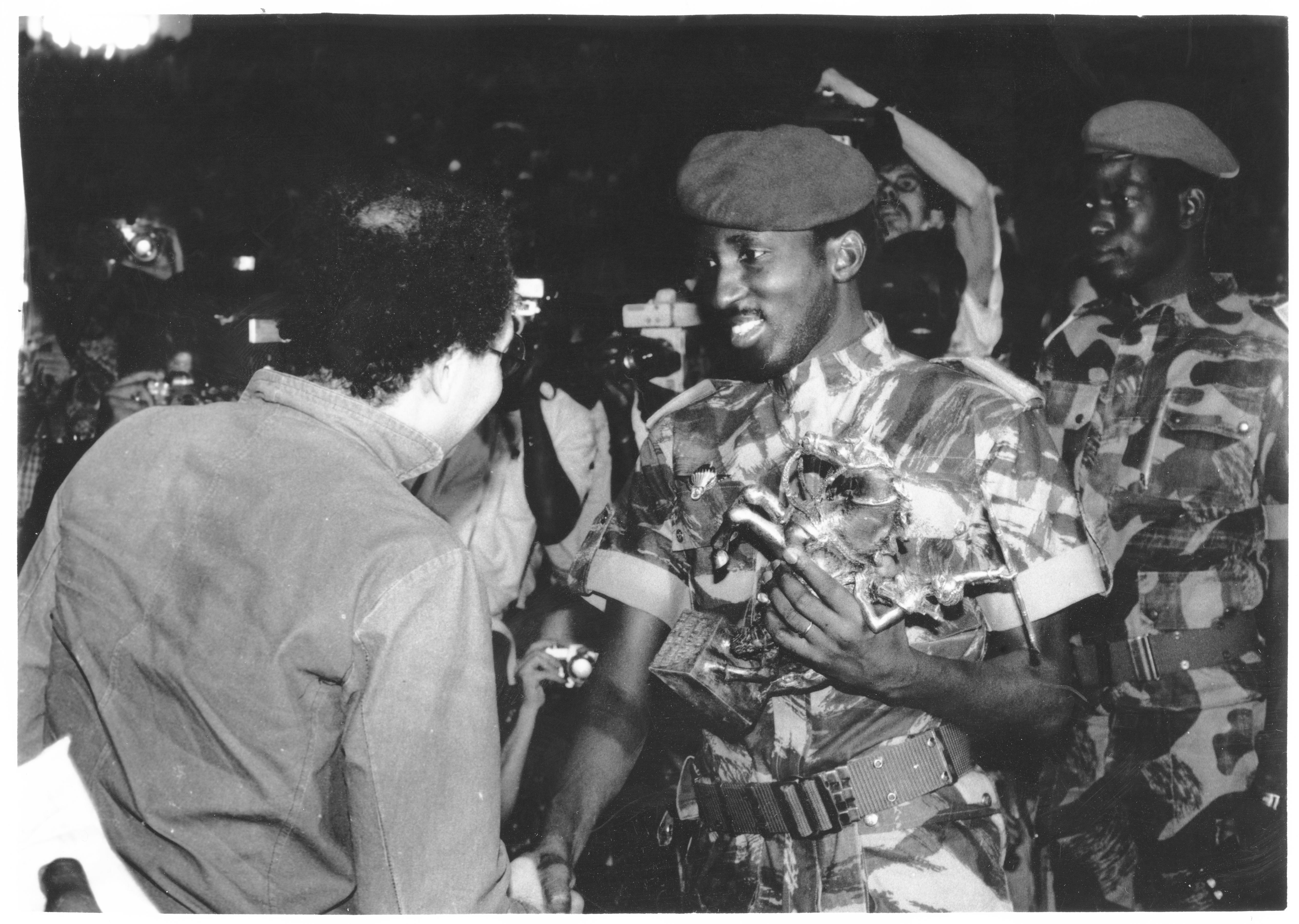 Thomas Sankara et le réalisateur algérien Brahim Tsaki, lors du Fespaco en 1985.