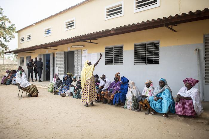 Les électeurs font la queue devant le bureau de vote de l'école Thierno Mamadou Sall à Fatick, le 24 février 2019.