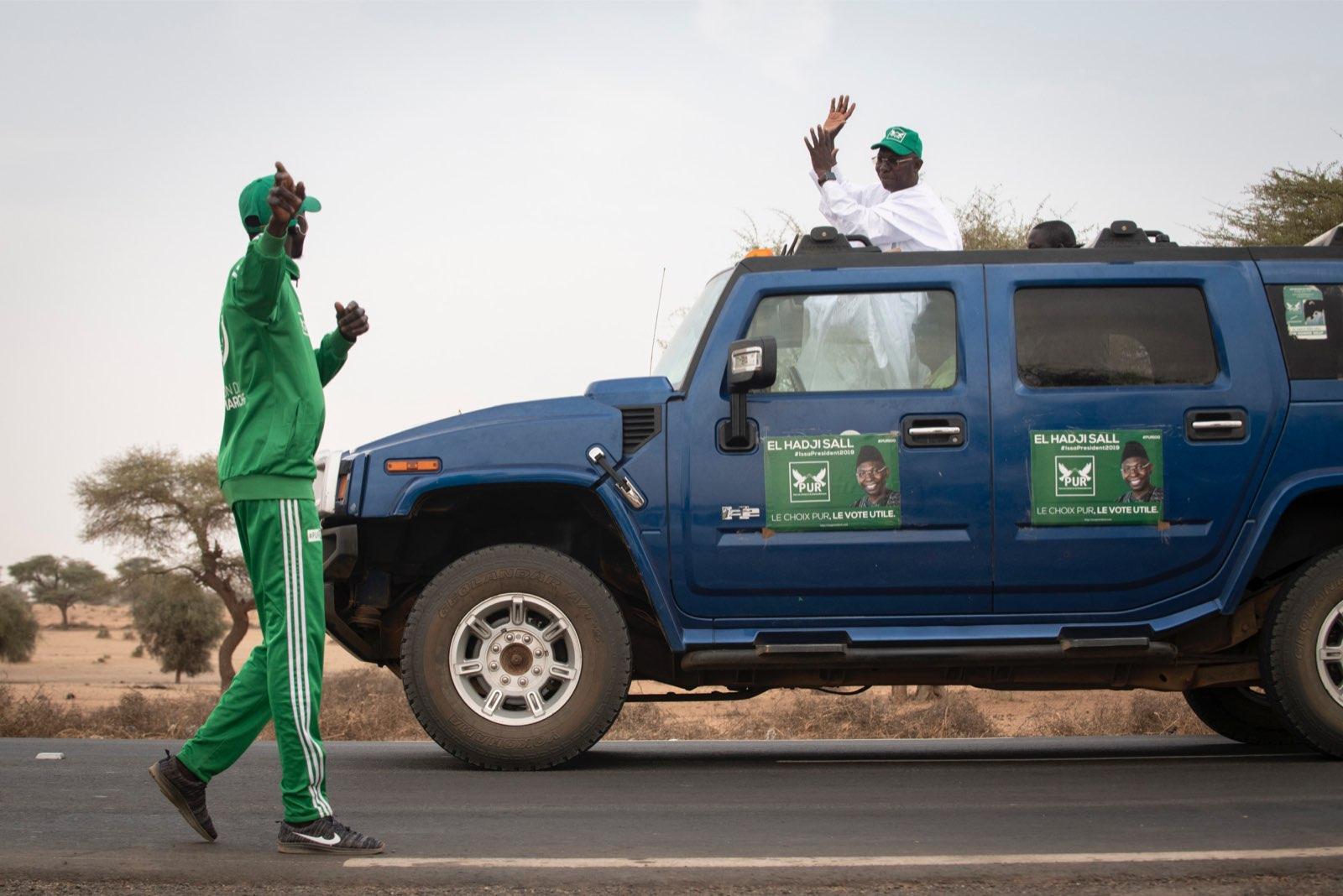 """L'un des membres de la """"marche verte"""" salue Issa Sall lors de la campagne pour la présidentielle 2019 au Sénégal."""