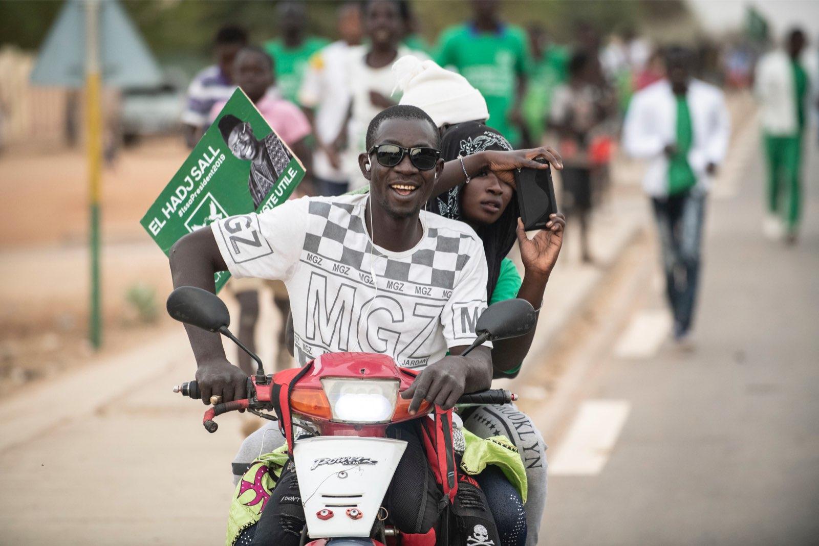 Des militants du candidat du PUR, Issa Sall, suivent le convoi lors de la présidentielle 2019.