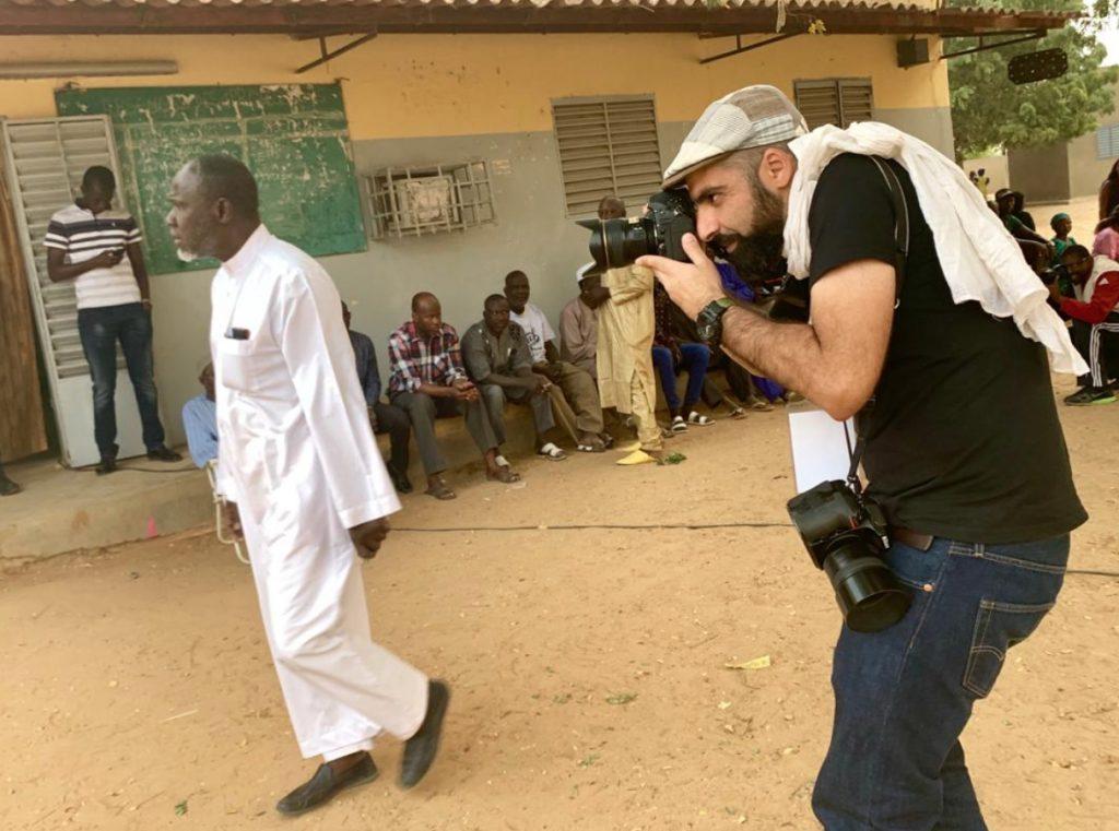Le photoreporter Sylvain Cherkaoui, lors d'un reportage sur la présidentielle 2019 au Sénégal.