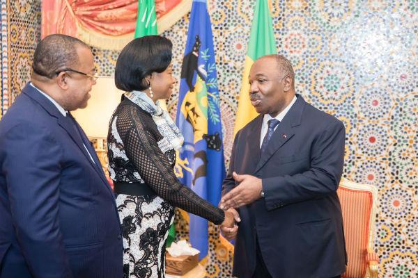 Le président Ali Bongo Ondimba serre la main de la présidente de la Cour Constitutionnelle Marie Madeleine Mborantsuo au palais présidentiel à Libreville, le 25 février 2019.