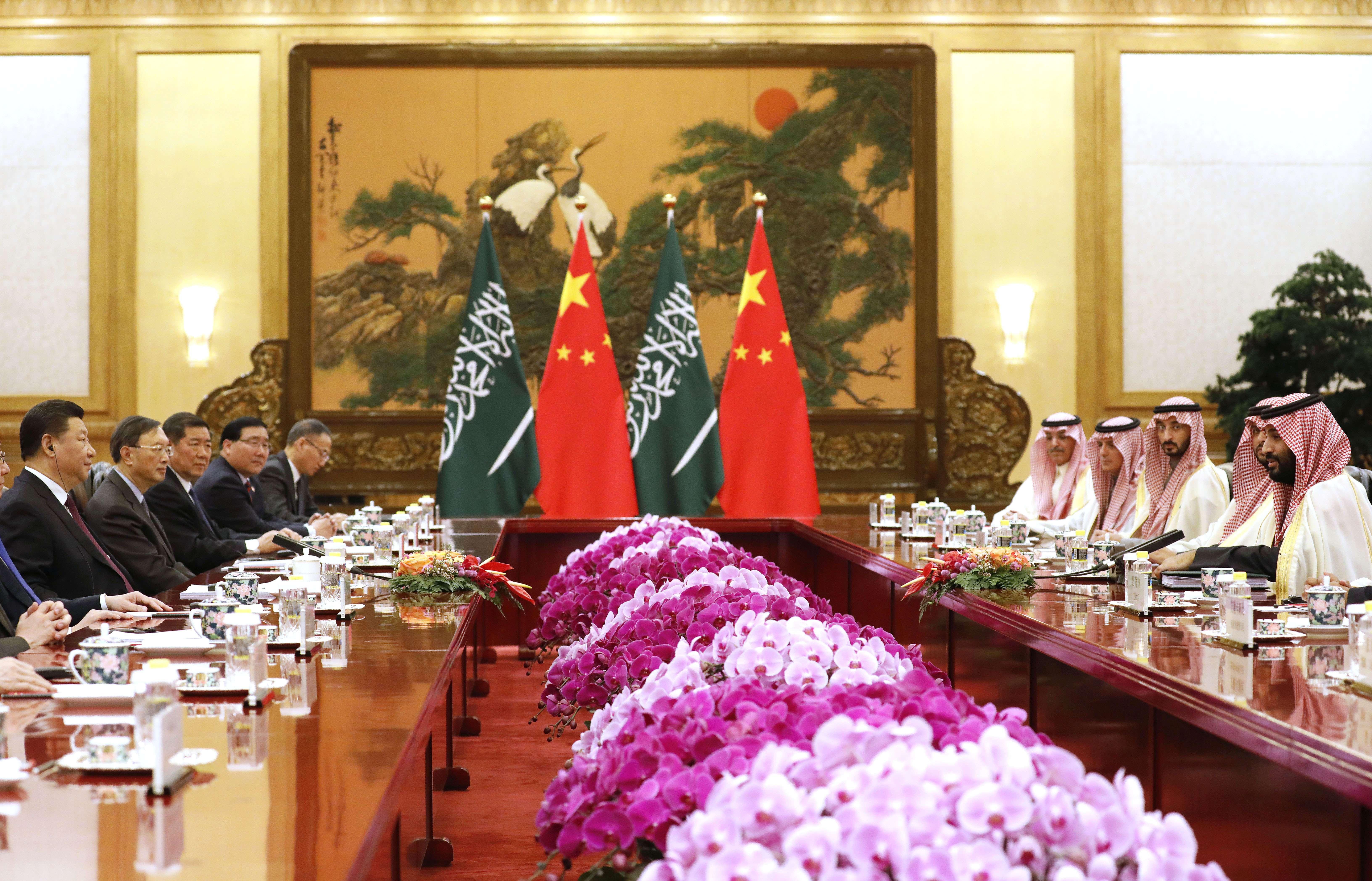 Mohamed Ben Salman (à d.) en face du président chinois Xi Jinping, le 22 février 2019 à Pékin.