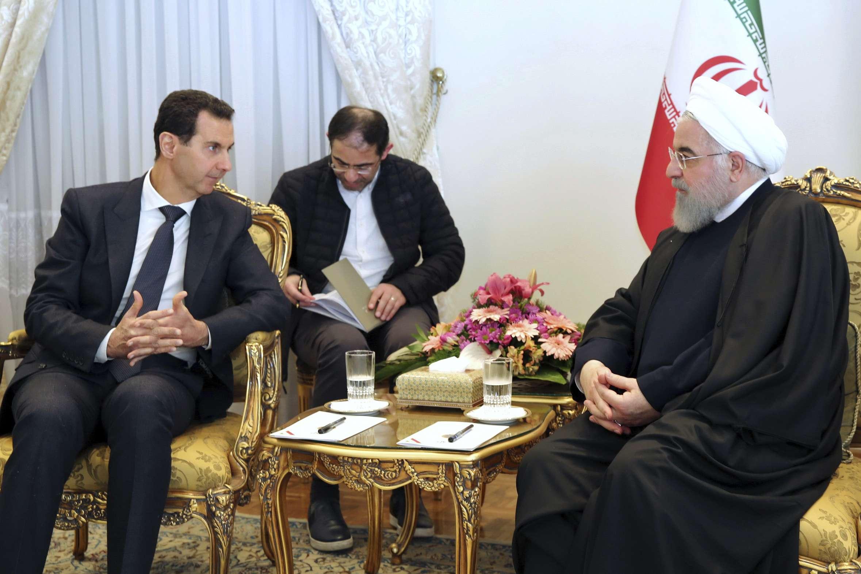 Le président syrien Bachar al-Assad, à gauche, s'entretient avec le président iranien Hassan Rohani, à droite, lors de leur réunion au bureau de la présidence à Téhéran, en Iran, le lundi 25 février 2019.