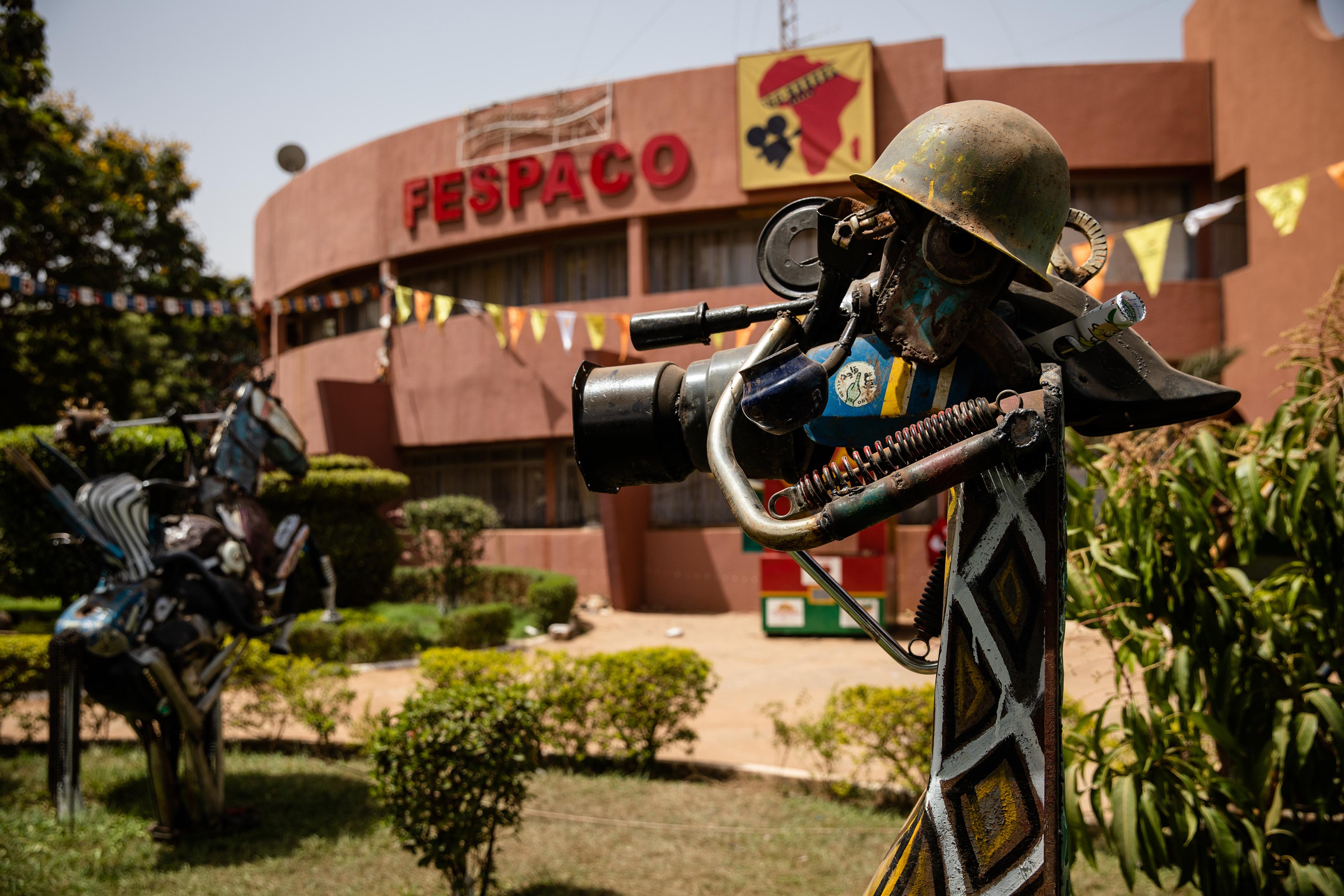 Statue de l'artiste Sahab Koanda devant le siège du Fespaco à Ouagadougou.