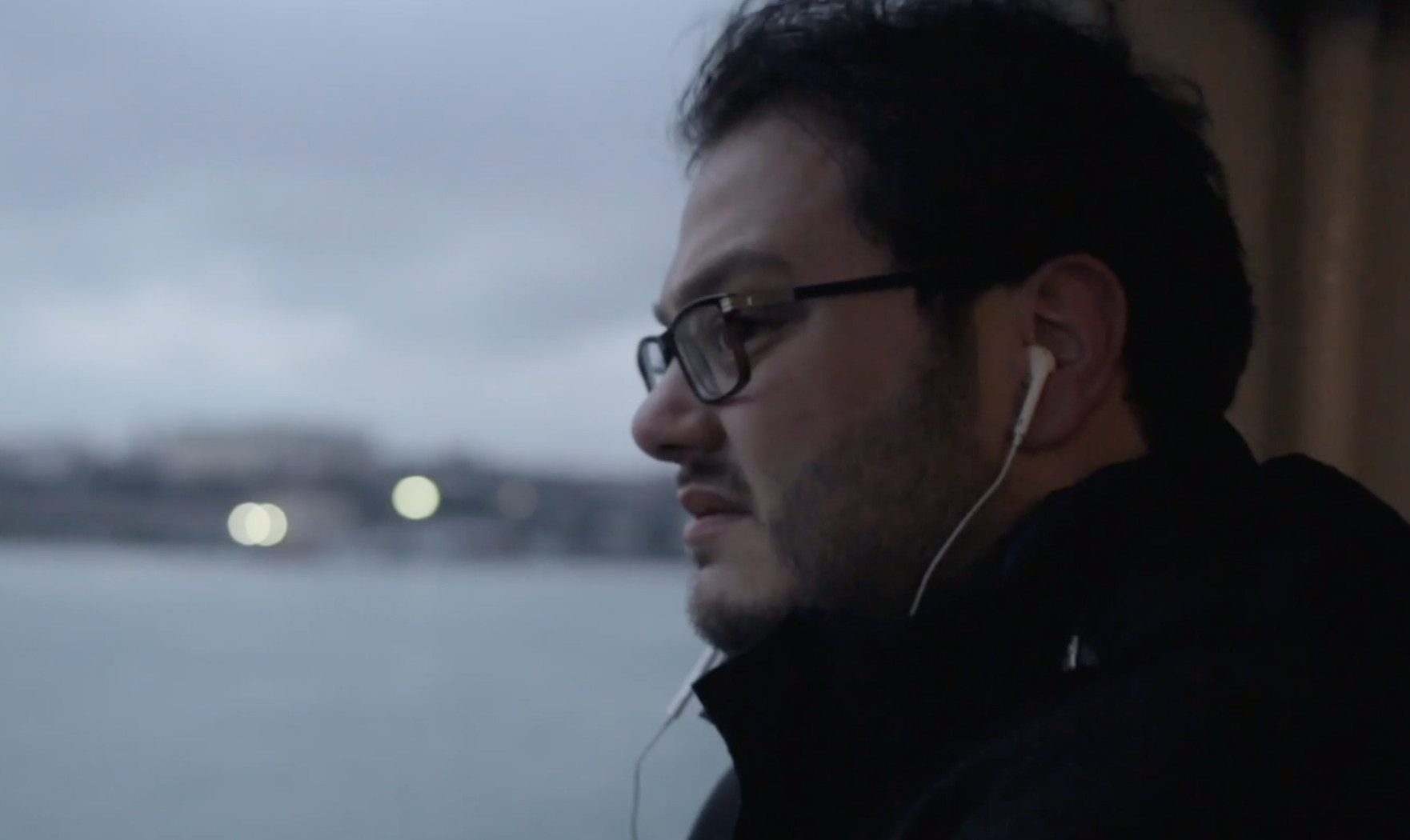 """Shadi, """"celui qui n'aimait pas lire et qui est devenu un rat de bibliothèque"""", narrateur du documentaire."""