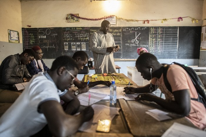 Dépouillement au bureau de vote numéro 6 de l'école élémentaire La Biscuiterie dans le quartier du Jet d'eau à Dakar, lors de l'élection présidentielle sénégalaise du 24 février 2019.