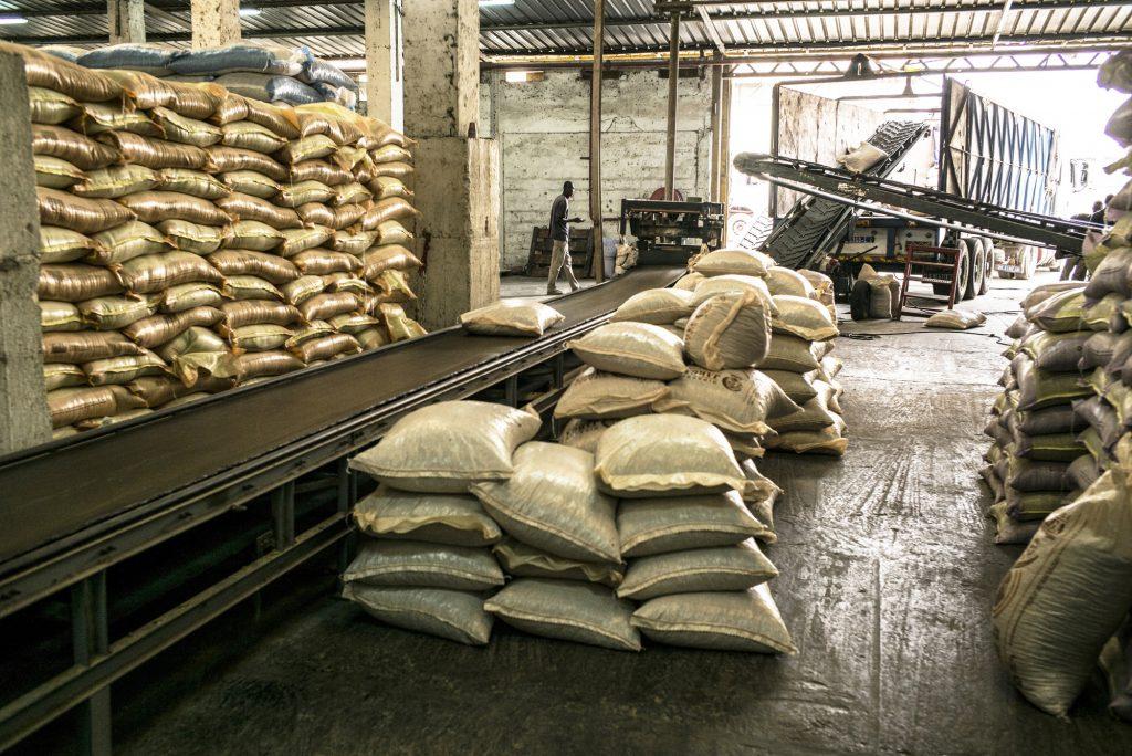 Visite des Grands Moulins de Dakar (GMD), zone de production de produit alimentaires pour les animauxd'elevage .Dakar, le 16 juin 2016 Sylvain Cherkaoui pour JA