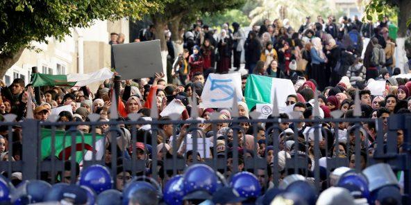 Des policiers bloquent l'entrée de l'université, mardi 26 février à Alger.