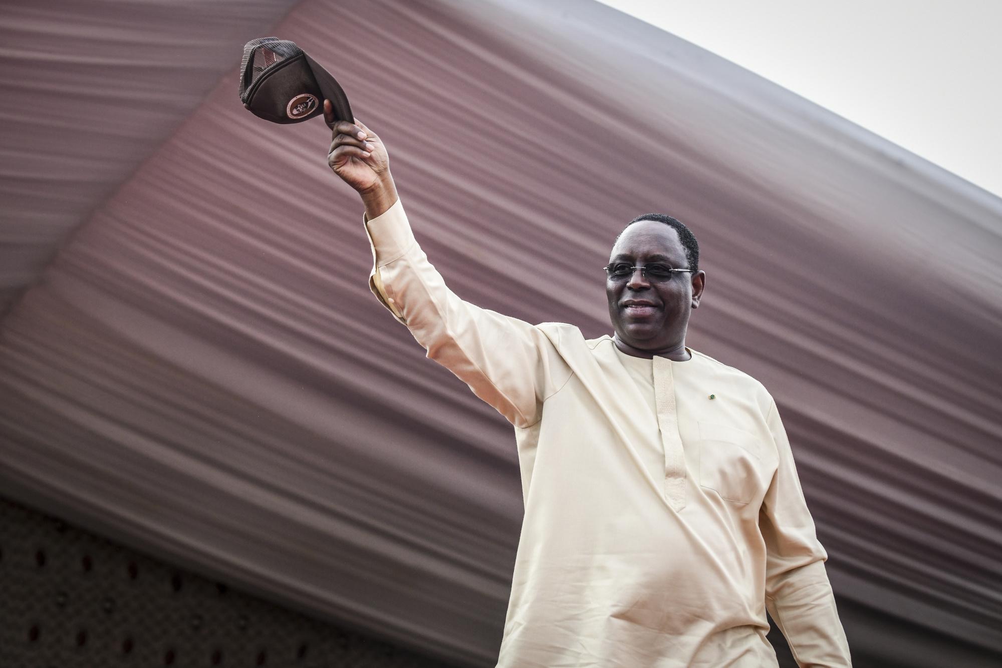 Le président Macky Sall salue ses supporters pendant sa campagne à Guediawaye le 20 février 2019.