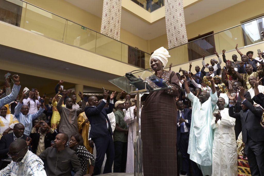 L'ex-Première ministre Aminata Touré se félicitant des résultats au QG de Macky Sall, le 28février.