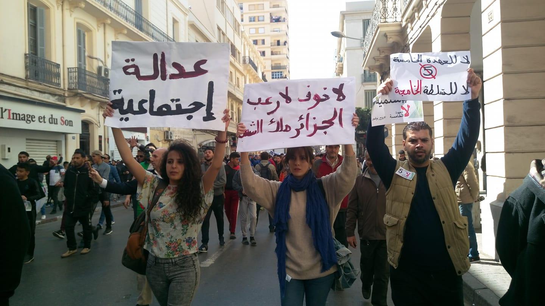 Des manifestants marchent à Oran (Algérie) contre la candidature d'Abdelaziz Bouteflika à un cinquième mandat, vendredi 1er mars 2019.