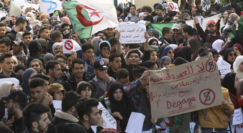 Des étudiants algériens lors des manifestations du 26 février à Alger, pour dénoncer la candidature du président Abdelaziz Bouteflika à un cinquième mandat.