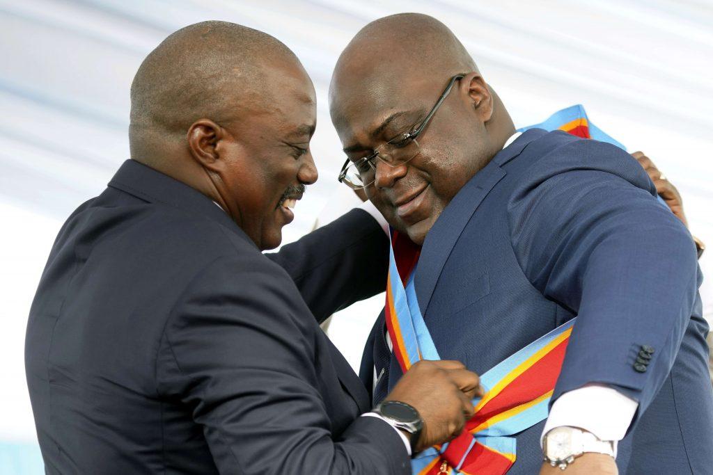 Félix Tshisekedi reçoit l'écharpe présidentielle de l'ex-président congolais, Joseph Kabila, le 24 janvier 2019, à Kinshasa.