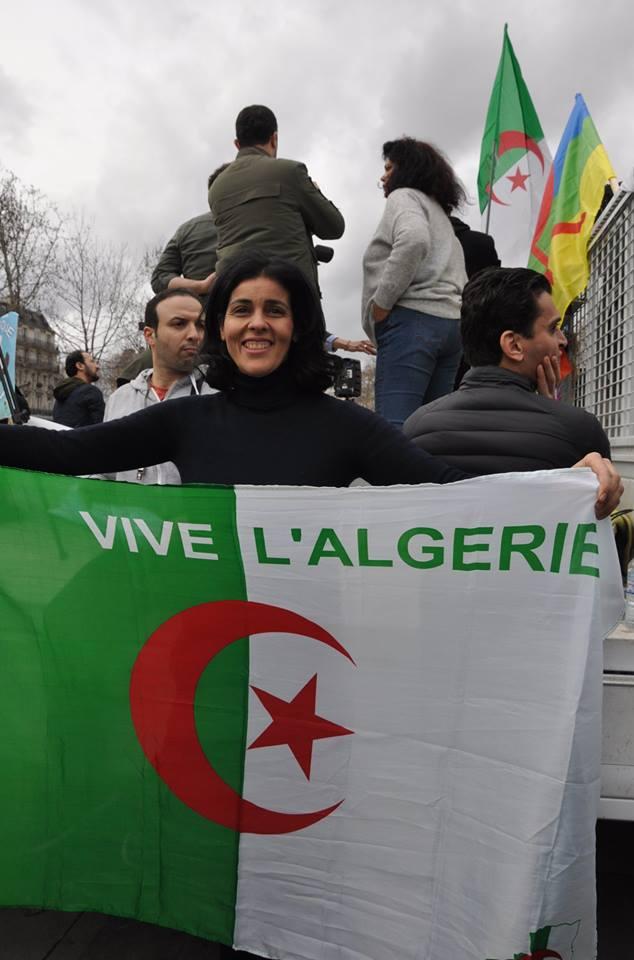 La chanteuse Souad Massi dans une manifestation de la diaspora algérienne, dimanche 3 mars à Paris.