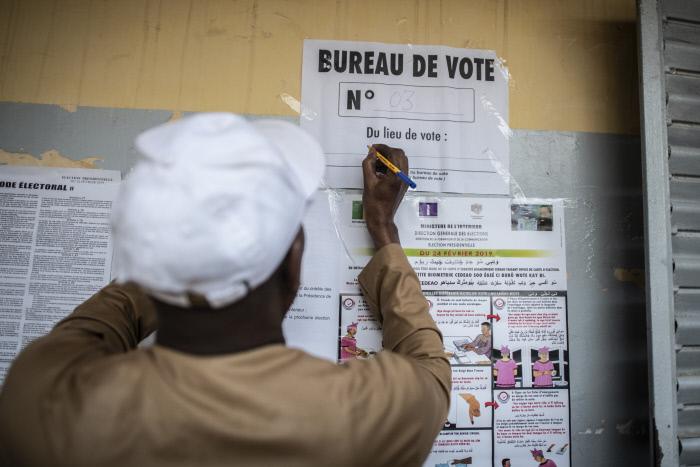 Préparation des affiches électorales au bureau de vote de Macky Sall de l'école Thierno Mamadou Sall à Fatick,