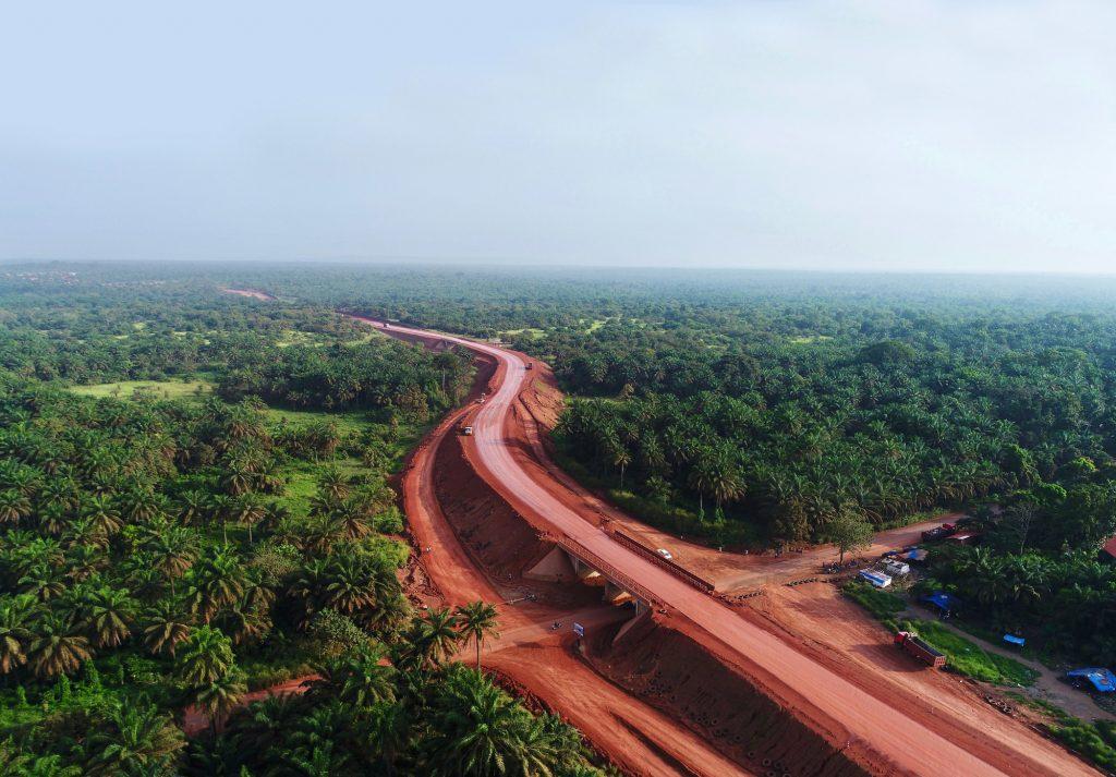 Route de Malapouya sur laquelle transitent les camions de la Société minière de Boké.