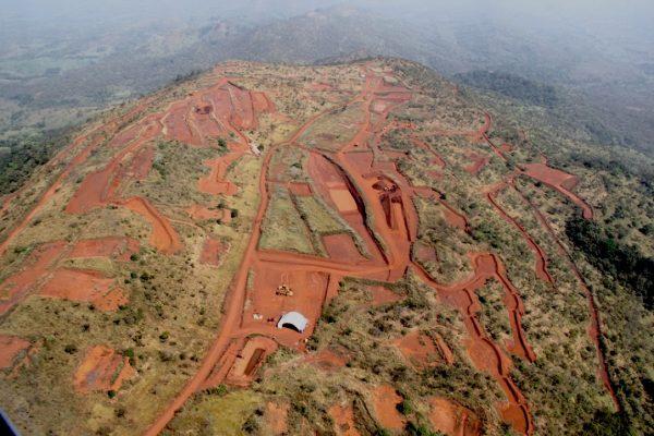 Rio Tinto détenait la licence pour l'ensemble du gisement depuis le début des années 1990, mais a été privé des blocs du nord en 2008 par l'ancien dictateur guinéen.