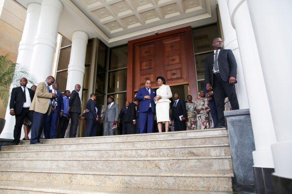 Le 25janvier, devant la Cour constitutionnelle, sa présidente, Marie-Madeleine Mborantsuo, s'entretient avec le nouveau chef du gouvernement.