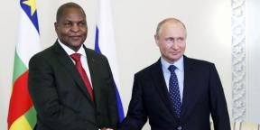 Vladimir Poutine et Faustin-Archange Touadéra, à Saint-Pétersbourg, le 23mai 2018.