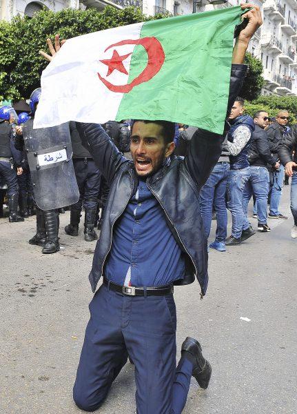 Un manifestant lors des protestations anti-Bouteflika de février et mars 2019