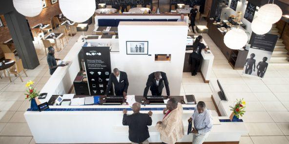 20/03/2013. Dakar, Senegal. Hall d'entrée de l'hôtel Onomo très fréquenté par les hommes d'affaires.